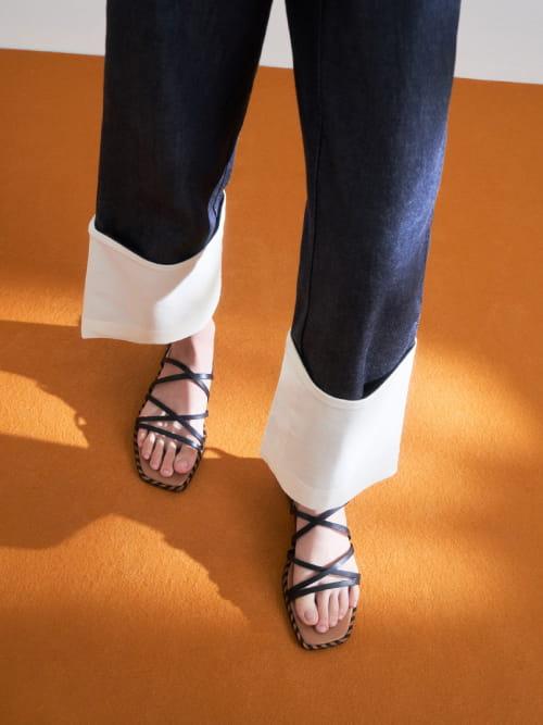 Sandal Whipstitch Trim Strappy , Hitam